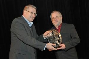 Dramaturg FK Europa v BB Ivan Polóny (vpravo) preberá Výročnú cenu ASFK pre najlepší filmový klub roka za 2009