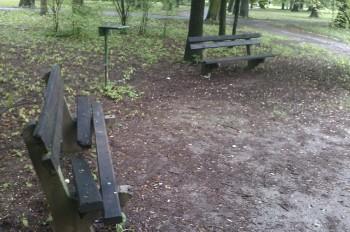 lavicky v mestskom parku 2