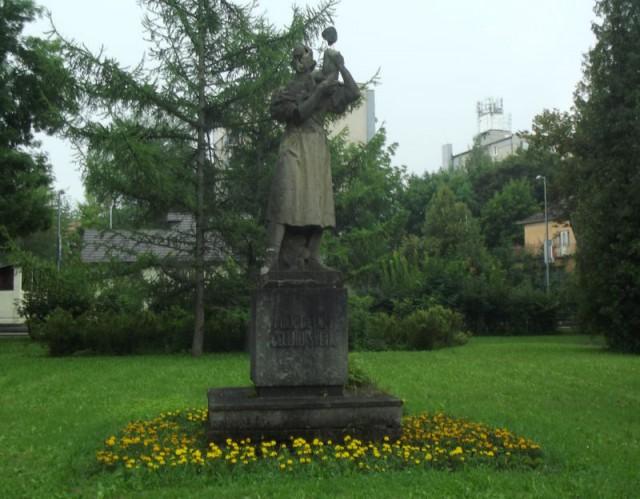Obr 6 - socha ženy s dietatom