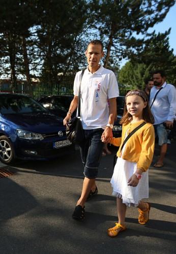 Matej Toth vedie svoju dcerku Emmu do skoly