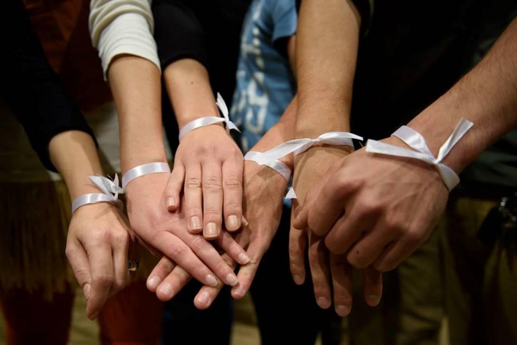 Herci na celom Slovensku odohrali predstavenie s bielou stužkou na zápästiach na znak solidarity. Foto: bbonline