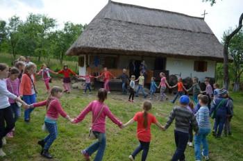 pred slovenským domom v skanzene sa deti zahrali