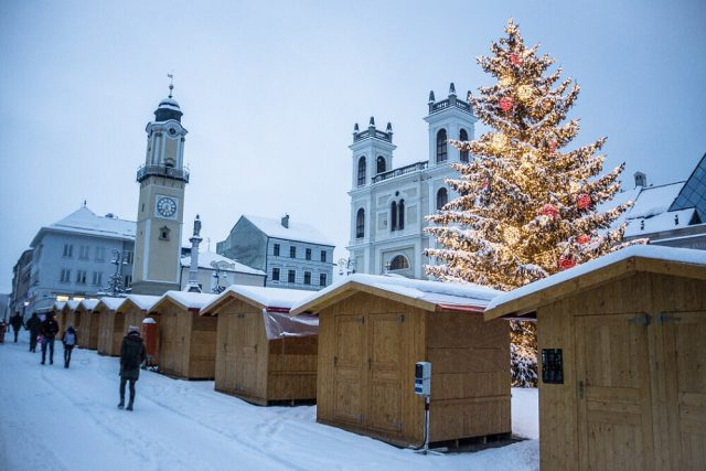 Vianocne trhy, Namestie SNP, Vianoce vianocny stromcek strom Banska Bystrica 2017
